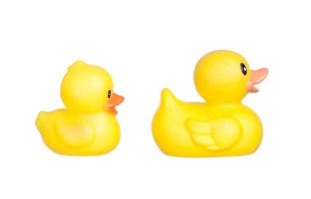 Família de patos de plástico amarelo isolado em um fundo branco
