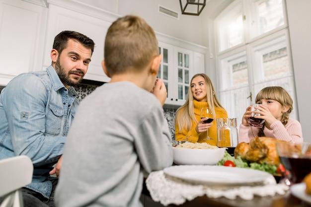 Família de pé juntos na cozinha