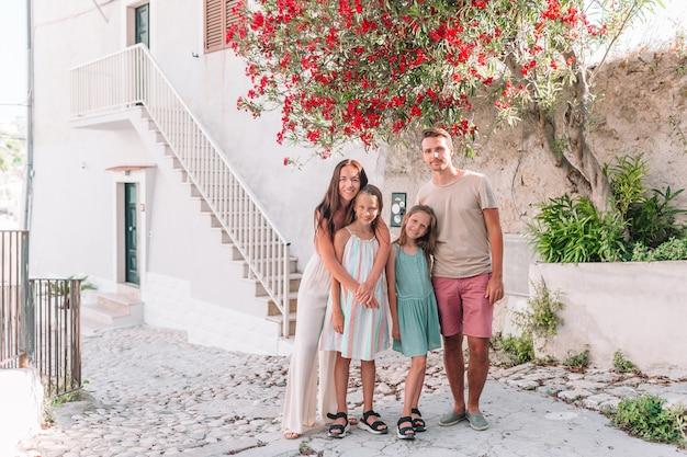 Família de quatro em férias na europa.