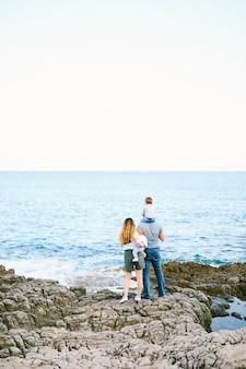 Família de quatro pessoas curtindo um dia na praia