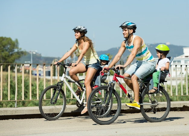 Família de quatro pessoas viajando de bicicleta