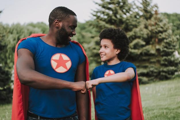 Família de super-heróis olhando uns para os outros