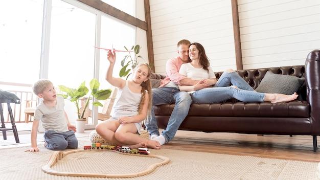 Família de tiro completo na sala de estar
