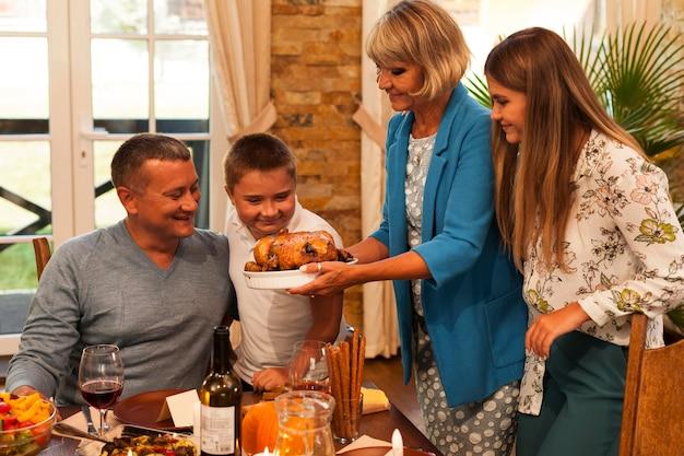 Família de tiro médio com comida deliciosa