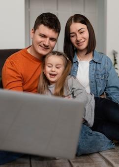 Família de tiro médio com laptop