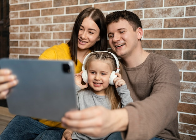 Família de tiro médio com tablet