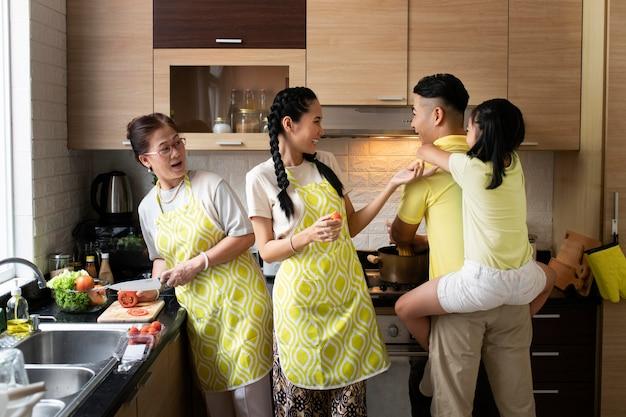 Família de tiro médio na cozinha