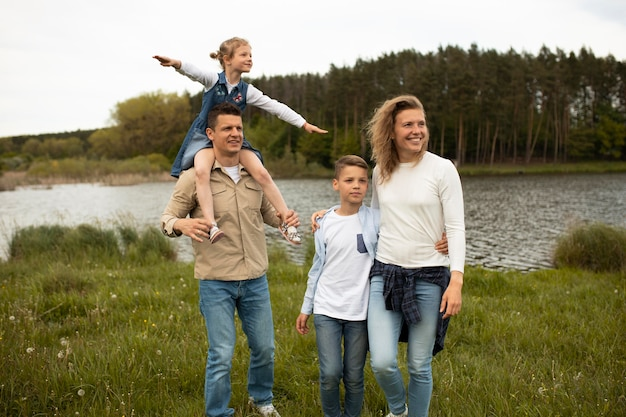 Família de tiro médio na natureza