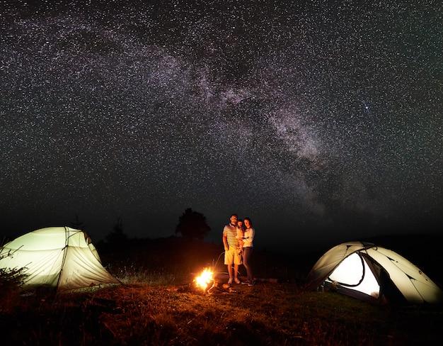 Família de turistas modernos à noite