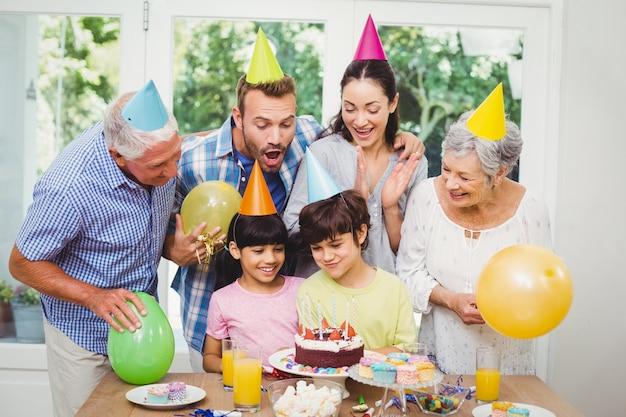 Família de várias gerações a celebrar uma festa de aniversário a sorrir