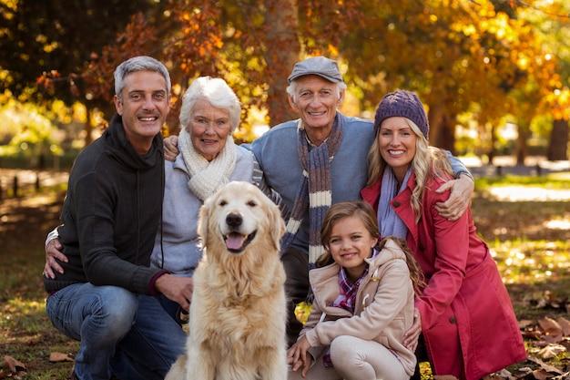 Família de várias gerações com cachorro no parque