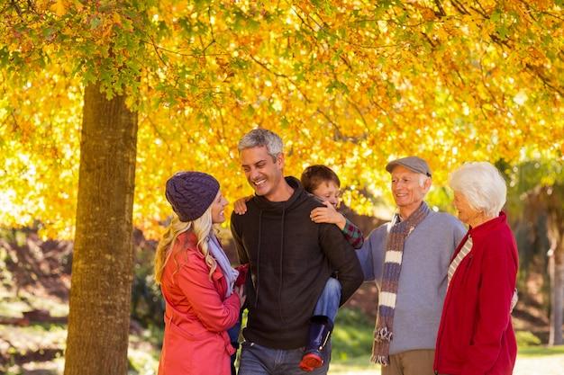 Família de várias gerações, desfrutando no parque