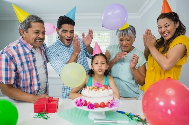 Família de várias gerações feliz comemorando a festa de aniversário