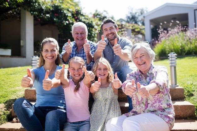 Família de várias gerações, sentada no jardim