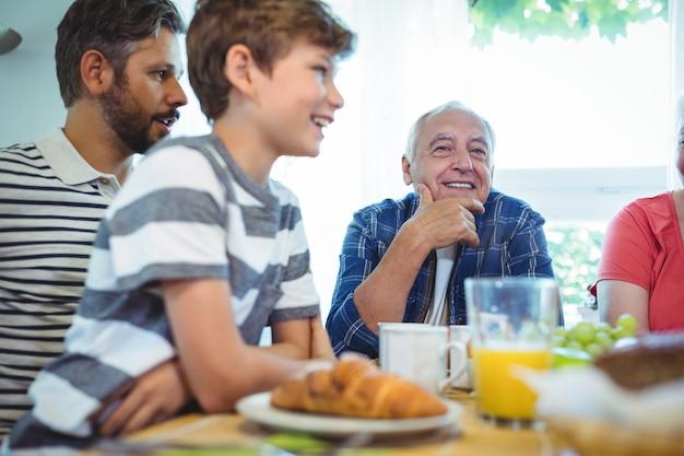 Família de várias gerações, sentado à mesa do café da manhã