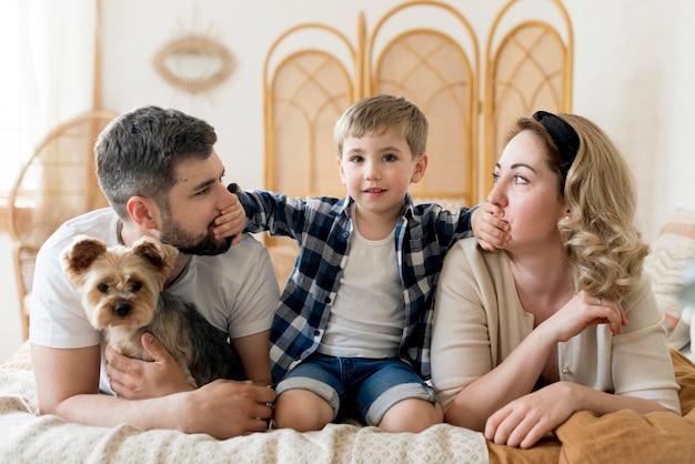 Família de vista frontal e seu cachorro