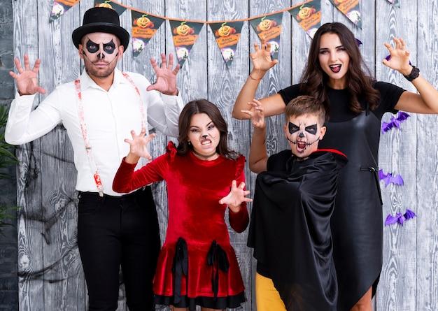 Família de vista frontal posando para o halloween