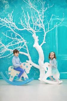 Família decorando uma bela árvore de natal viva. família amorosa com presentes na sala. família feliz nos feriados.