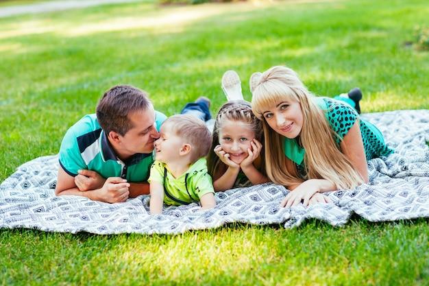 Família deitada no parque