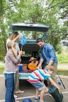 Família, descarregando, tronco carro, enquanto, ligado, piquenique