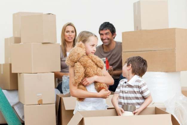 Família desempacotar caixas depois de mover-se