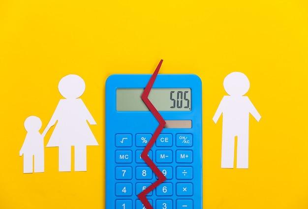 Família desfeita, divórcio. conceito de divisão de propriedade. família de papel dividido, calculadora em amarelo