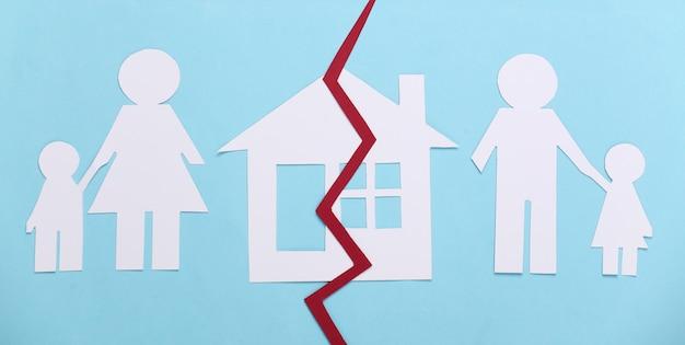 Família desfeita, divórcio. divisão de propriedade. família de papel dividida, casa em azul