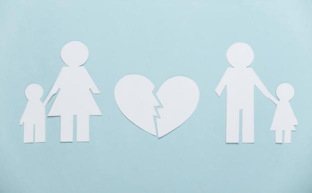Família desfeita, divórcio. família de papel dividida, coração partido em azul