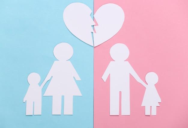 Família desfeita, divórcio. família de papel dividida, coração partido em pastel rosa azul