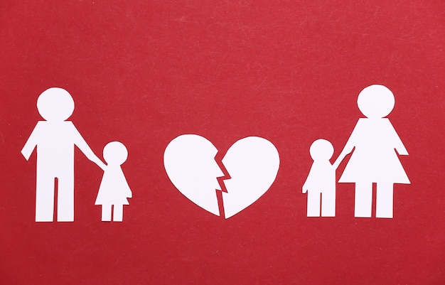 Família desfeita, divórcio. família de papel dividido, coração partido em um vermelho