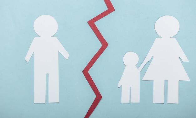 Família desfeita, divórcio. privação dos direitos dos pais. divida a família de papel em azul