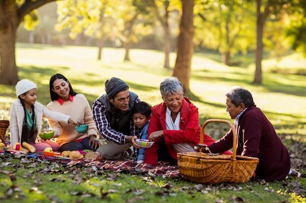 Família desfrutando no parque