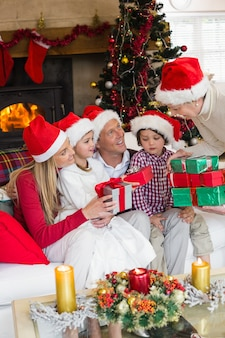 Família, desgastar, natal, chapéu, enquanto, segurando, presentes