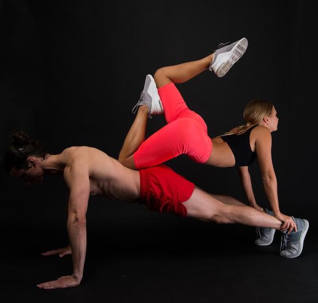 Família desportiva. treino de casal. exercícios para músculos. instrutor pessoal de ginástica. roupas para treino de ginástica. sentindo apoio. treino de flexões de esportista com garota apta nas costas. casal apaixonado esporte.