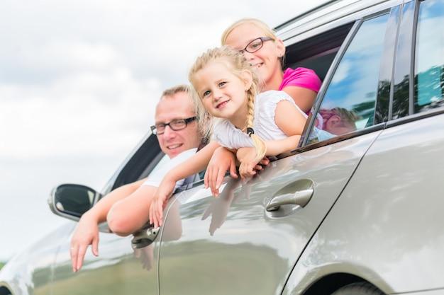 Família dirigindo de carro em férias de verão
