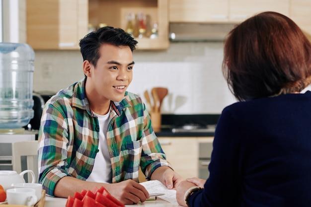Família discutindo empréstimo de estudante