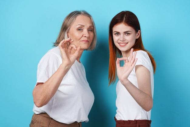 Família divertida de mãe e filha socializando estilo de vida