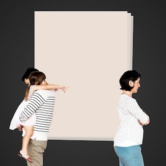 Família dividida recebendo um divórcio