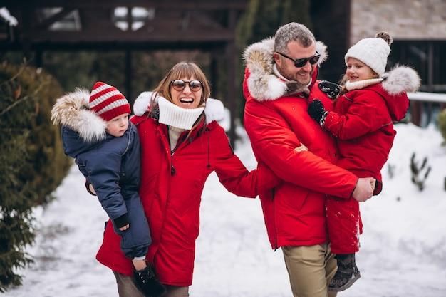 Família do lado de fora no inverno