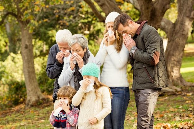 Família doente assoando os narizes