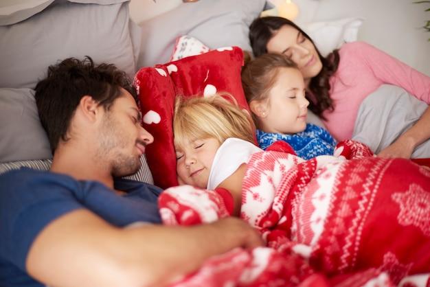 Família dormindo juntos na cama