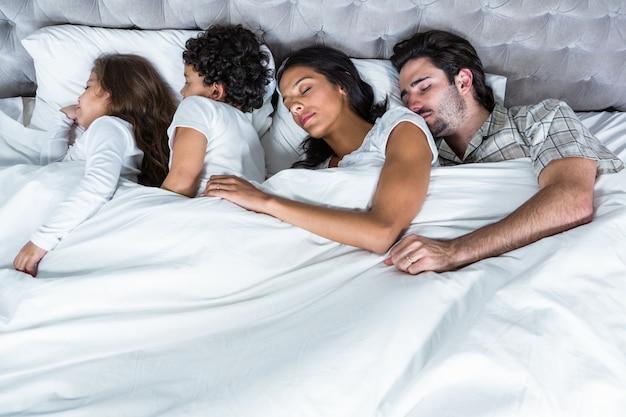 Família dormindo juntos