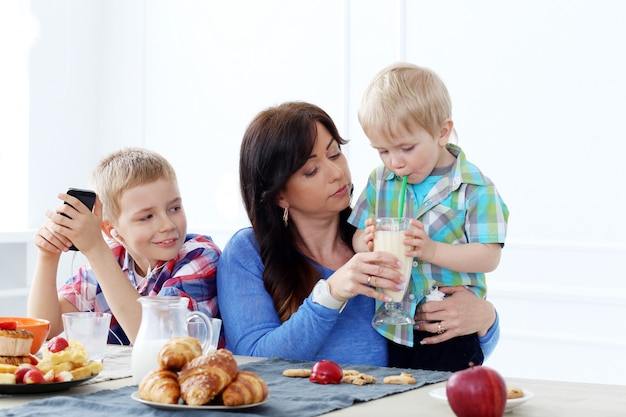 Família durante café da manhã