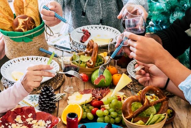 Família e amigos fazem férias de almoço de natal todos juntos