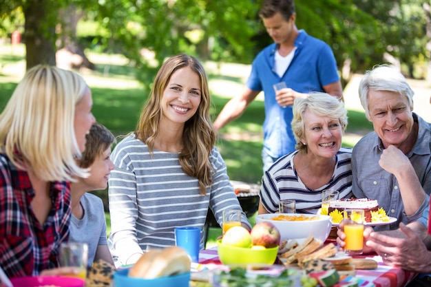 Família e amigos fazendo um piquenique com churrasco