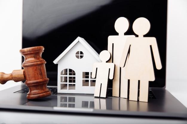 Família e casa. hipoteca online e conceito de investimento imobiliário.
