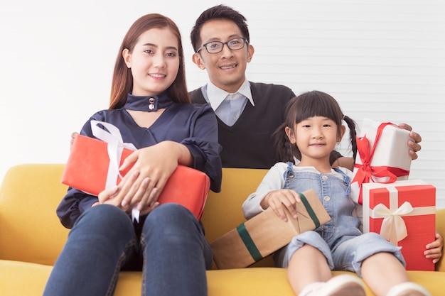 Família e feliz feriado. mãe e pai segurando presente presente com crianças