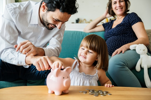 Família economizando dinheiro no cofrinho