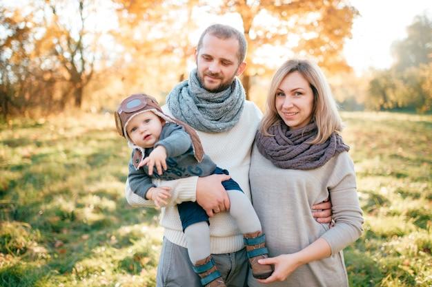 Família elegante com seu bebê no parque outono