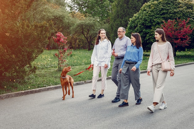 Família elegante passar o tempo em um parque de verão